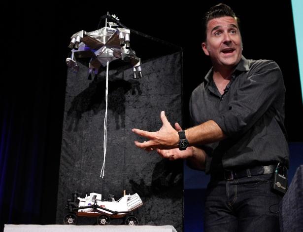 """02.ago.2012 - Os engenheiros da Nasa no Jet Propulsion Laboratory, em Pasadena, Califórnia, conceberam uma espécie de """"guindaste"""" que nos últimos segundos da descida depositará o jipe robô, do tamanho de um automóvel, delicadamente sobre o solo marciano"""