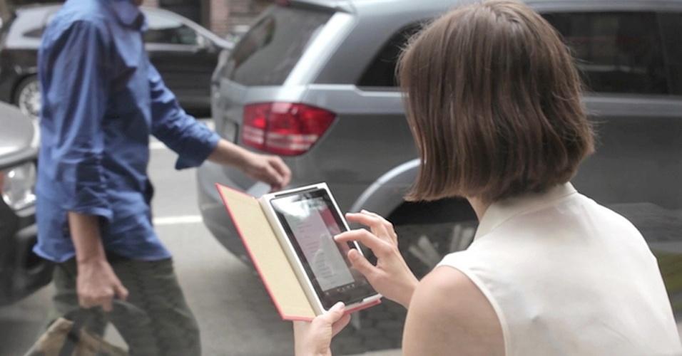3.ago.2012 - Depois que as pessoas ''abraçaram'' a vida digital, o futuro das capas de livros é uma incógnita. Para tentar ''salvá-las'', a empresa Out of Print está criando capas de tablets (iPad, Nexus 7 e Kindle Fire) que imitam capas clássicas de livros, feitas pelo mais antigo serviço de encadernação de Nova York. O projeto busca financiamento no KickStarter e, caso dê certo, serão vendidas dez opções de capa, por cerca de US$ 45 a unidade