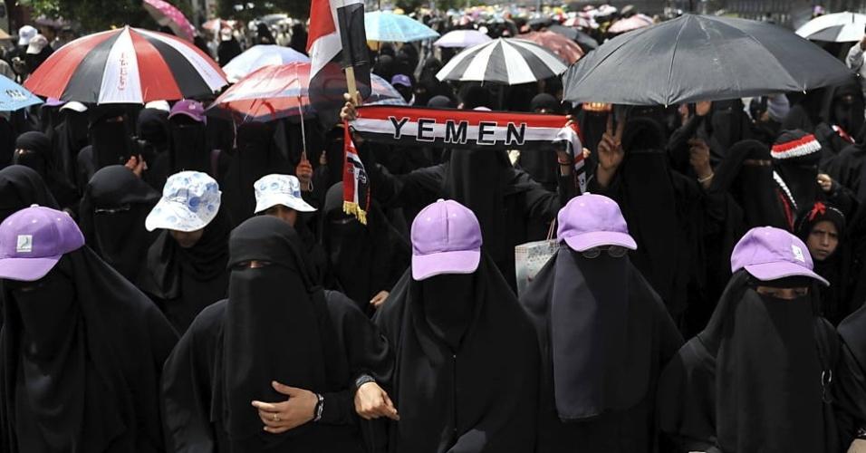 3.ago.2012 - Mulheres fazem protesto nesta sexta-feira (3), em frente à residência oficial do primeiro-ministro do Iêmen, Abdo Rabo Mansour Hadi, em Sanaa. Elas querem o fim de cargos no governo à pessoas ligadas ao ex-presidente do Iêmen, Ali Saleh