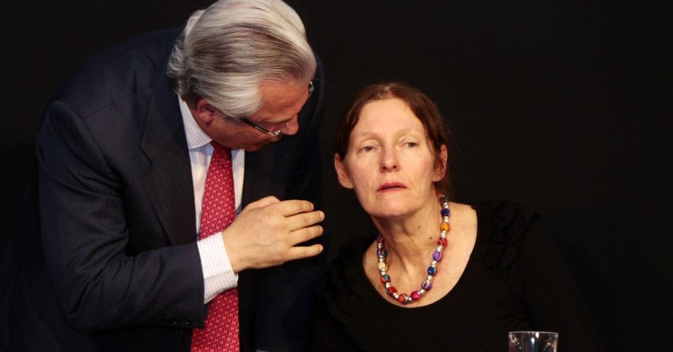 3.ago.2012 - O advogado Baltasar Garzón, que integra equipe que defende Julian Assange, consola a mãe do fundador do WikiLeaks, Christine Assange, durante coletiva de imprensa realizada em Quito, no Equador
