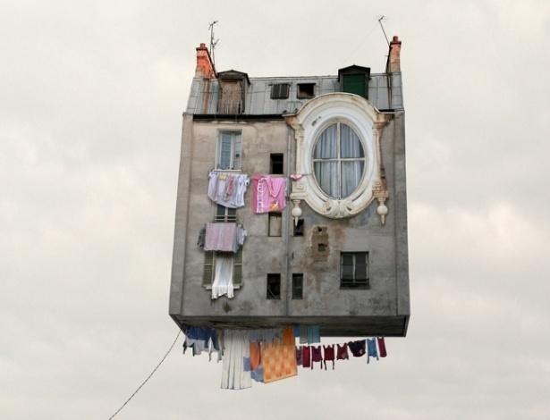 """3.ago.2012 - O fotógrafo francês Laurent Chehere ganhou destaque nas redes sociais por sua série """"Flying Houses"""", com fotos de casas voadoras em situações inusitadas"""