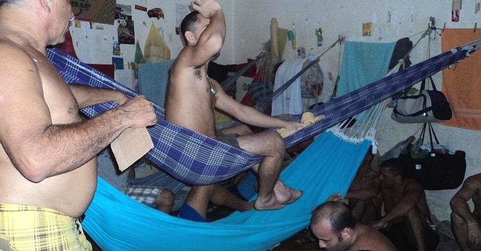 4.ago.2012 - A superlotação na Penitenciária de Oeiras, no interior do Piauí, obriga os presos a usar redes dentro das celas