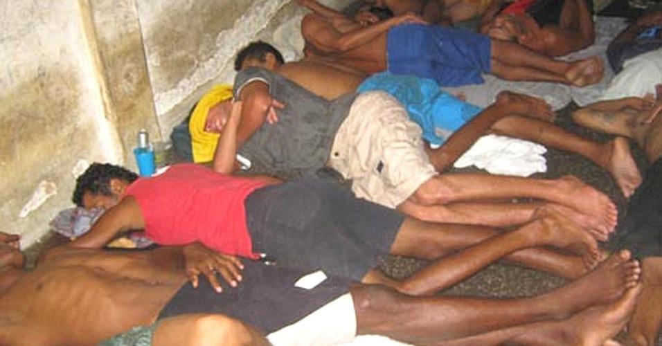 4.ago.2012 - Presos dormem enfileirados na Penitenciária de Parnaíba, no interior do Piauí, devido à superlotação