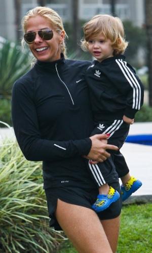 Adriane Galisteu carrega o filho Vittorio no colo durante viagem para resort no Guarujá. O menino, que completa dois anos neste sábado (4), é fruto da relação da apresentadora com o empresário Alexandre Iódice(3/8/2012)