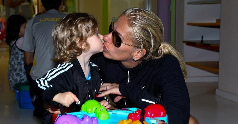 Adriane Galisteu dá selinho no filho Vittorio durante viagem para resort no Guarujá. O menino, que completa dois anos neste sábado (4), é fruto da relação da apresentadora com o empresário Alexandre Iódice (3/8/2012)