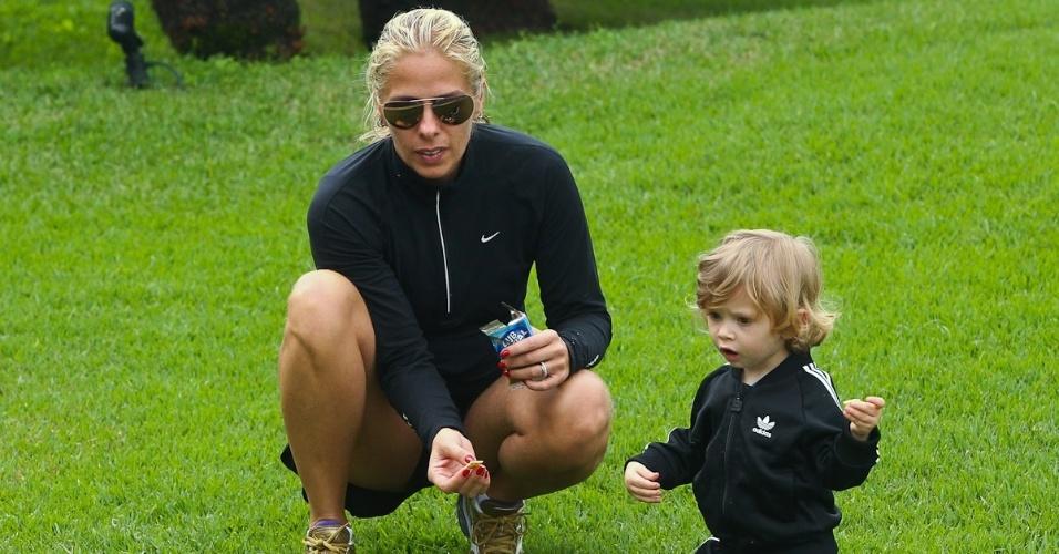 Adriane Galisteu e o filho Vittorio alimentam carpas durante viagem para resort no Guarujá. O menino, que completa dois anos neste sábado (4), é fruto da relação da apresentadora com o empresário Alexandre Iódice (3/8/2012)