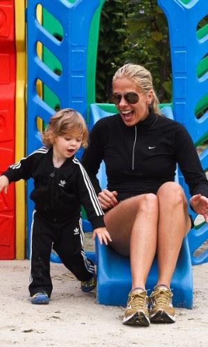 Adriane Galisteu e o filho Vittorio brincam durante viagem para resort no Guarujá. O menino, que completa dois anos neste sábado (4), é fruto da relação da apresentadora com o empresário Alexandre Iódice (3/8/2012)