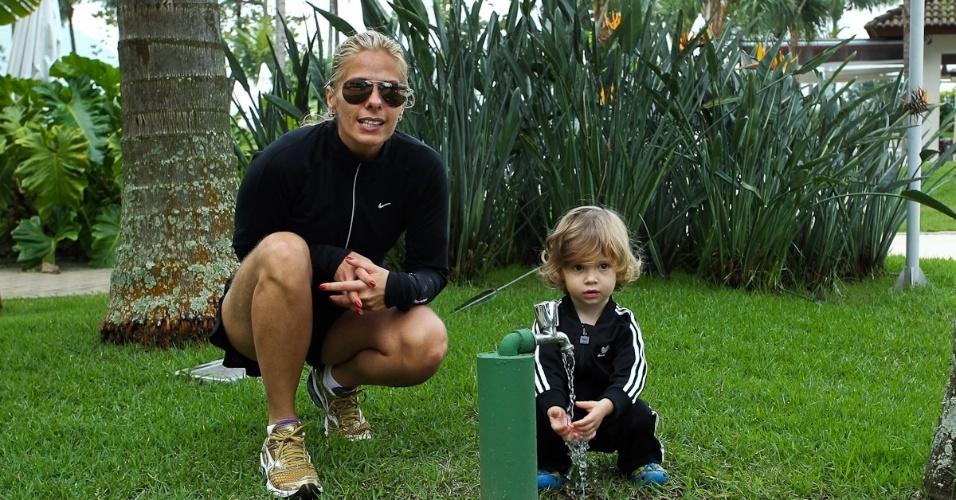 Adriane Galisteu e o filho Vittorio viajam para resort no Guarujá. O menino, que completa dois anos neste sábado (4), é fruto da relação da apresentadora com o empresário Alexandre Iódice (3/8/2012)