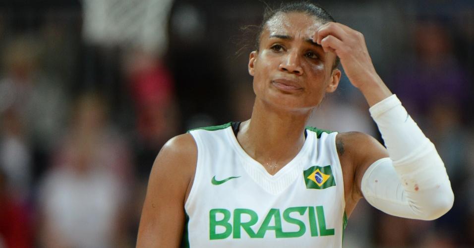 Ala-armadora da seleção brasileira de basquete, Joice de Souza, lamenta eliminação após derrota para o Canadá em Londres