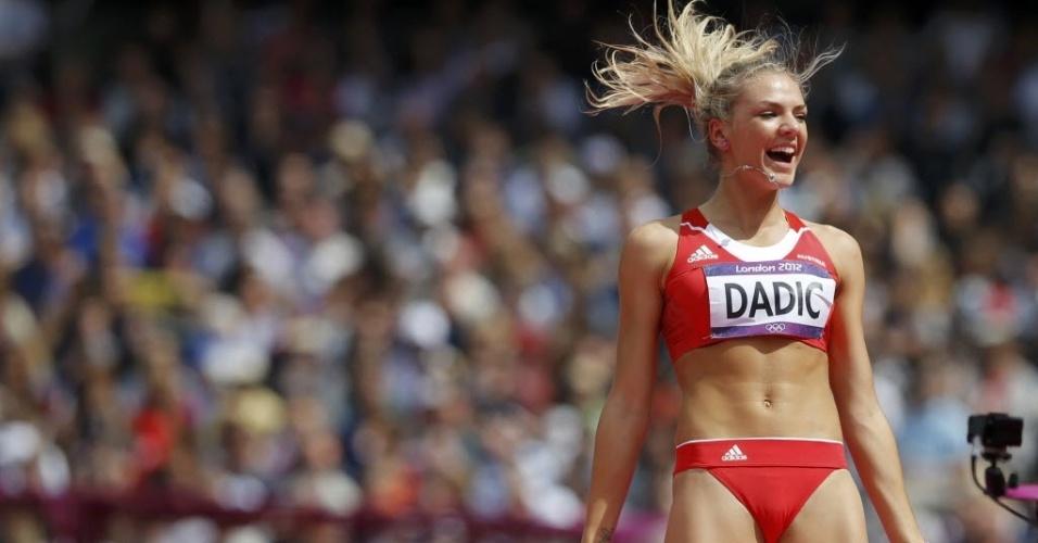 Alegre com tentativa certeira no salto em altura do heptatlo, austríaca Ivona Dadic comemora no primeiro dia do atletismo, nesta sexta (03/08)