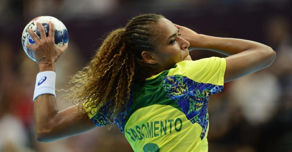Alexandra Nascimento, da equipe de handebol do Brasil, durante arremesso na partida contra a Rússia