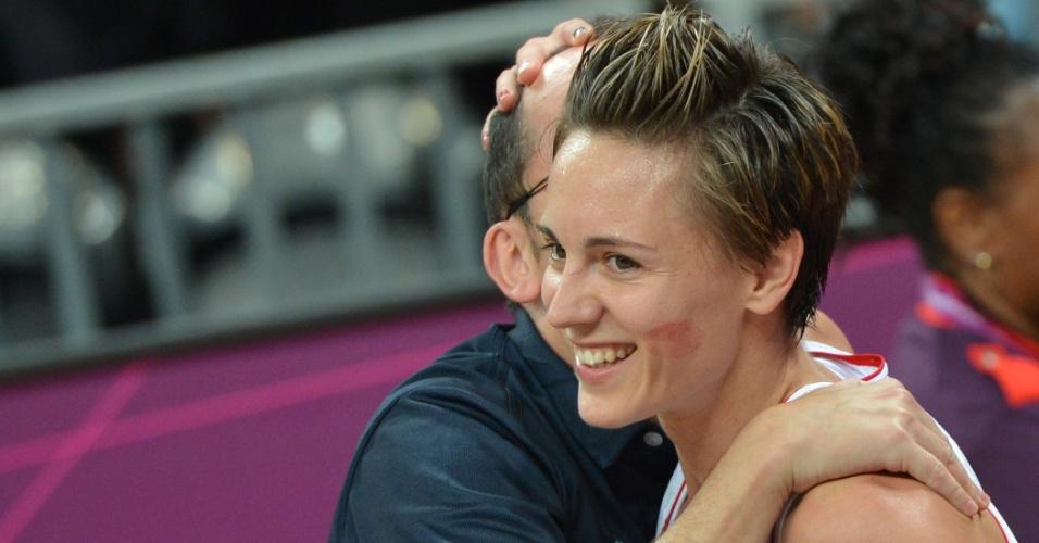 Após converter cesta que deu vitória para França sobre o Reino Unido, Celine Dumerc é beijada por seu treinador; na outra bochecha, a marca de batom é dos beijos que recebeu das companheiras de equipe