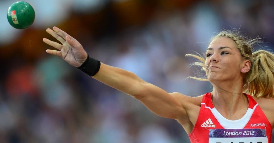 Atleta austríaca Ivona Dadic durante prova de arremesso de peso na competição feminina de heptatlo