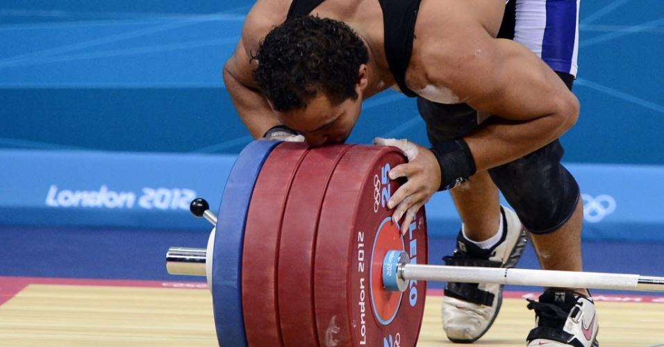 Atleta egípicio, Tarek Abdelazim, beija halteres após prova de levantamento de peso em Londres