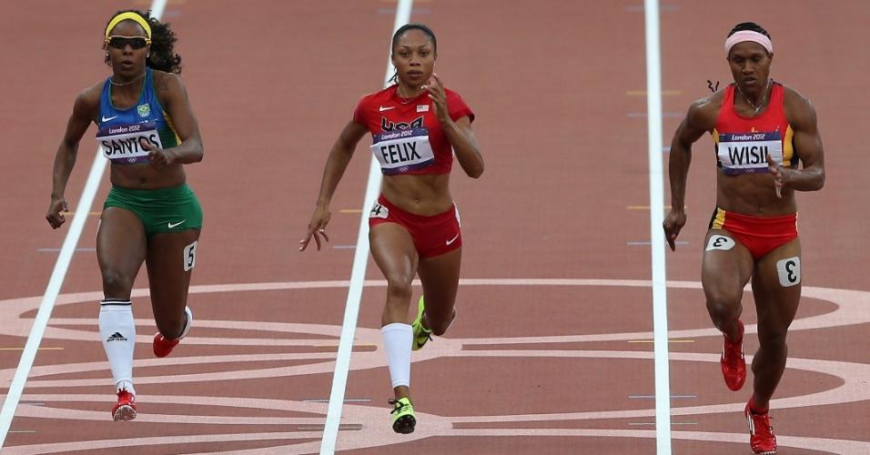 Atleta Rosângela Santos (e.), do Brasil, compete ao lado da norte-americana Allyson Felix e da atleta da Papua Nova Guiné nos 100 m rasos