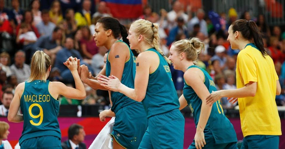 Australiana Liz Cambage (segunda à esquerda) é parabenizada pelas colegas após dar uma enterrada no jogo de basquete contra a Rússia (03/08/2012)