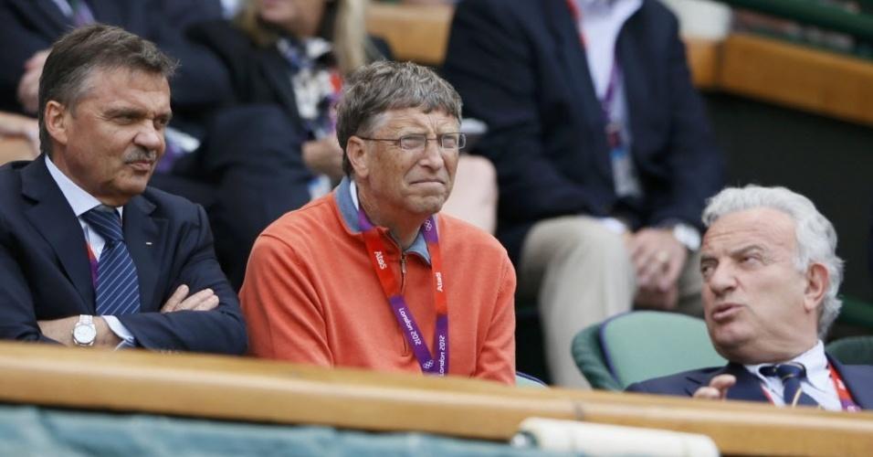Bill Gates (centro) acompanha de perto a semifinal entre o suíço Roger Federer e o argentino Juan Martin del Potro em Londres