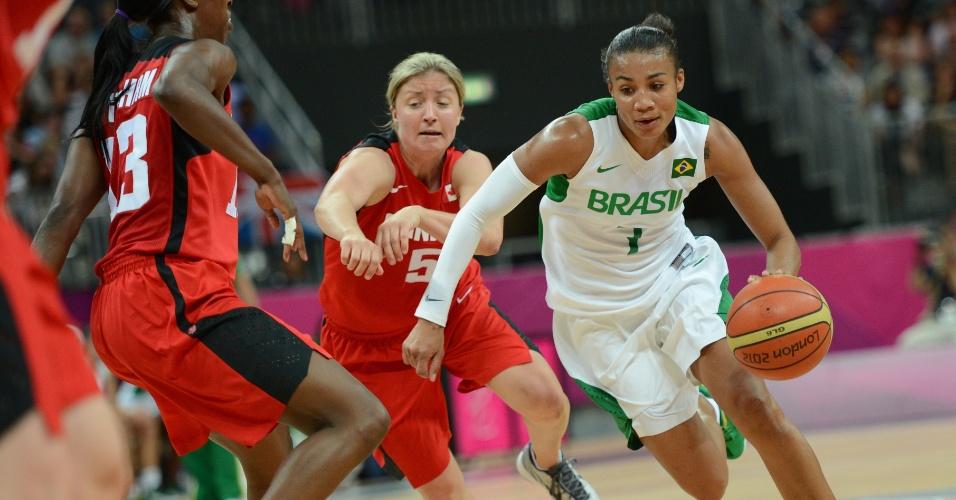 Brasileira Joice carrega a bola contra a marcação das adversárias canadenses em jogo pelos Jogos Olímpicos de Londres