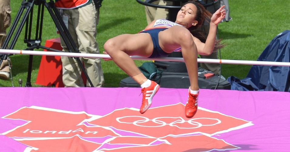 Britânica Katarina Johnson-Thompson atravessa fasquia na prova do salto em altura do heptatlo