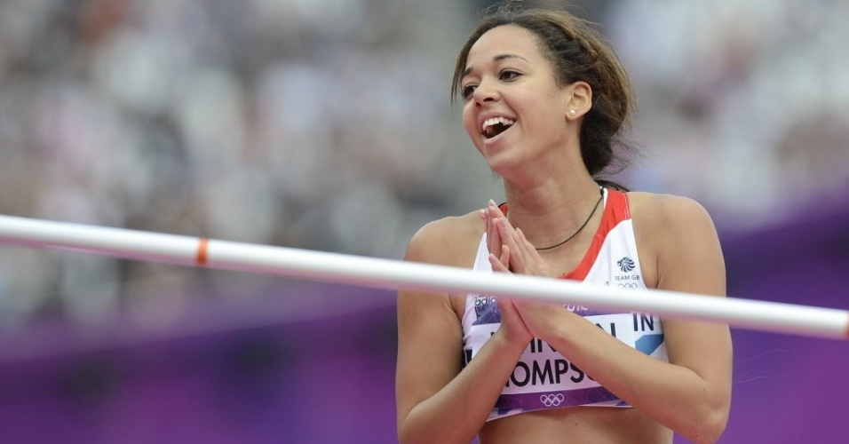 Britânica Katarina Johnson-Thompson sorri durante a disputa do heptatlo, na prova do salto em altura; público compareceu em peso para apoiar as atletas da casa neste primeiro dia do atletismo (03/08)