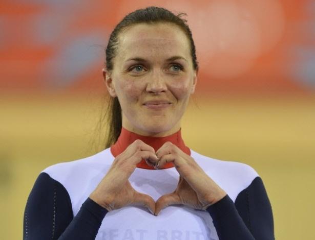 Britânica Victoria Pendleton faz sinal de coração com as mãos para o namorado após conquistar medalha de ouro no ciclismo (03/08/2012)