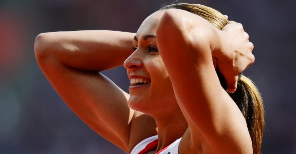 """Centro das atenções por competir em casa, Jessica Ennis sorri durante a """"maratona"""" do heptatlo, que teve início nesta sexta (03)"""