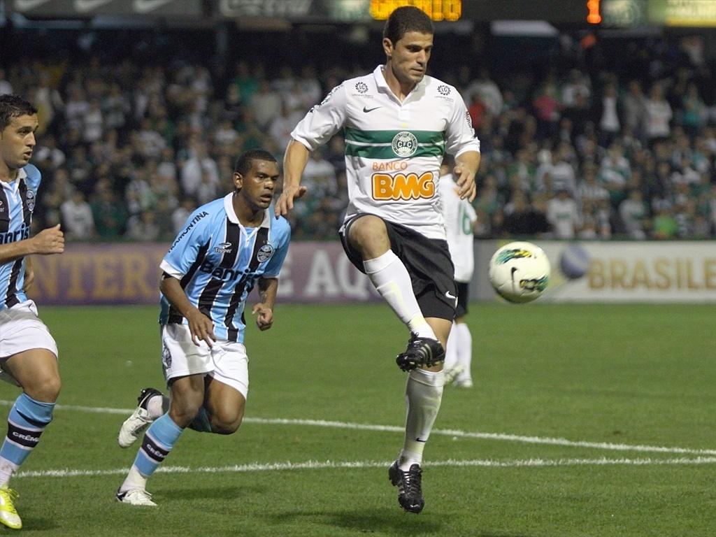 Centroavante Leonardo do Coritiba na partida contra o Grêmio pelo Campeonato Brasileiro (