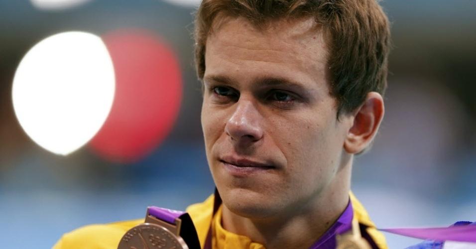 Cesar Cielo, com os olhos cheios de lágrimas, exibe a medalha de bronze conquistada nos 50 m livre