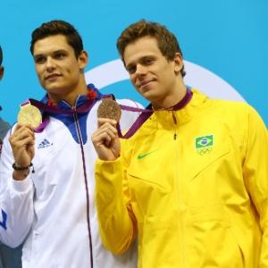 Cesar Cielo exibe a medalha de bronze ao lado de Florent Manaudou (ouro) e Cullen Jones (prata)