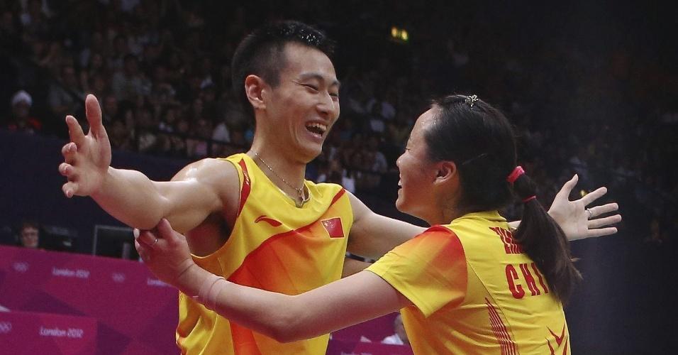 Chineses Nan Zhang (esq.) e Yunlei Zhao celebram conquista do ouro nas duplas mistas do badminton