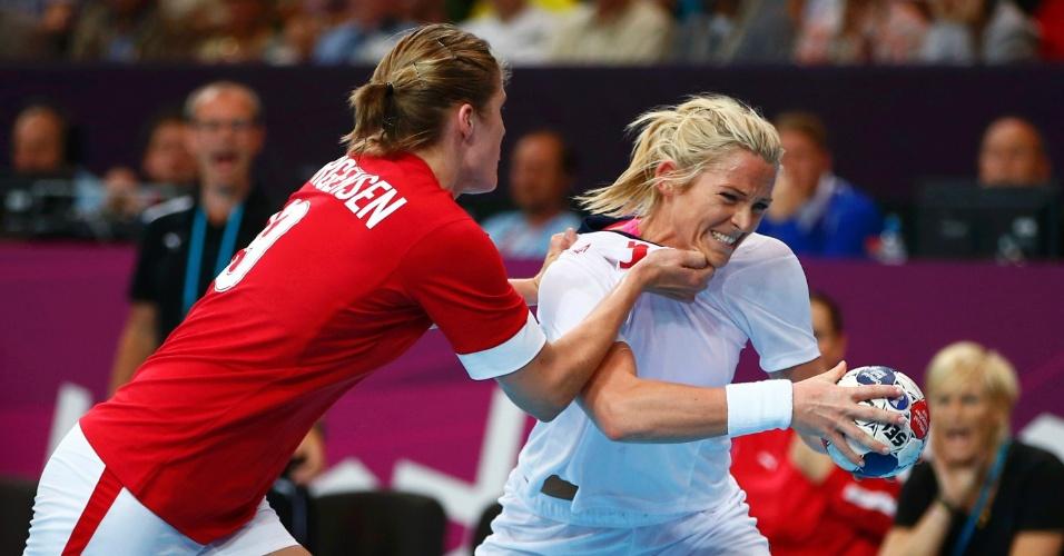 Dinamarquesa Line Jorgensen agarra norueguesa Ida Alstad em partida do torneio feminino de Londres