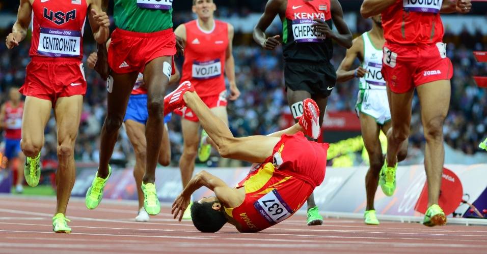 Espanhol Diego Ruiz cai durante bateria dos 1.500 m