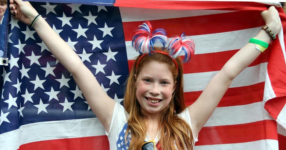 Garota norte-americana torce por sua seleção na partida de quartas de final do futebol feminino contra a Nova Zelândia
