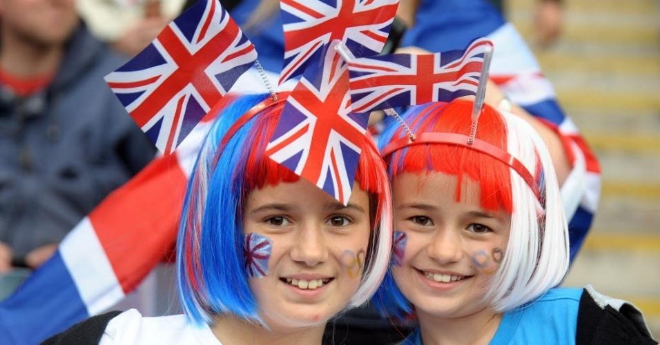 Garotas britânicas usam perucas e tiaras com cores do Reino Unido para torcer para sua seleção na partida de futebol contra o Canadá