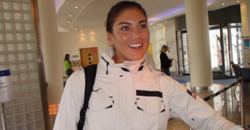 Goleira Hope Solo, dos Estados Unidos, sorri enquanto aguarda o elevador no hotel em Newcastle