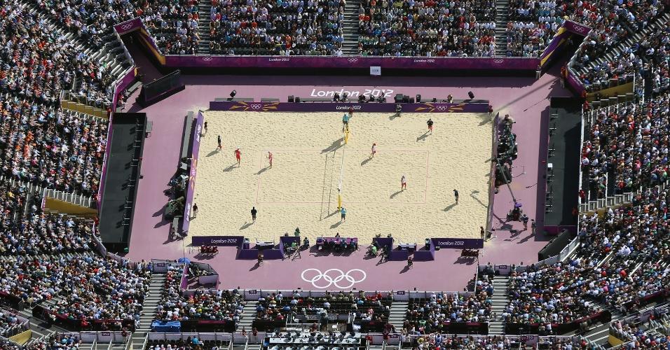 Imagem aérea mostra a arena de vôlei de praia, totalmente lotada em jogo das oitavas de final