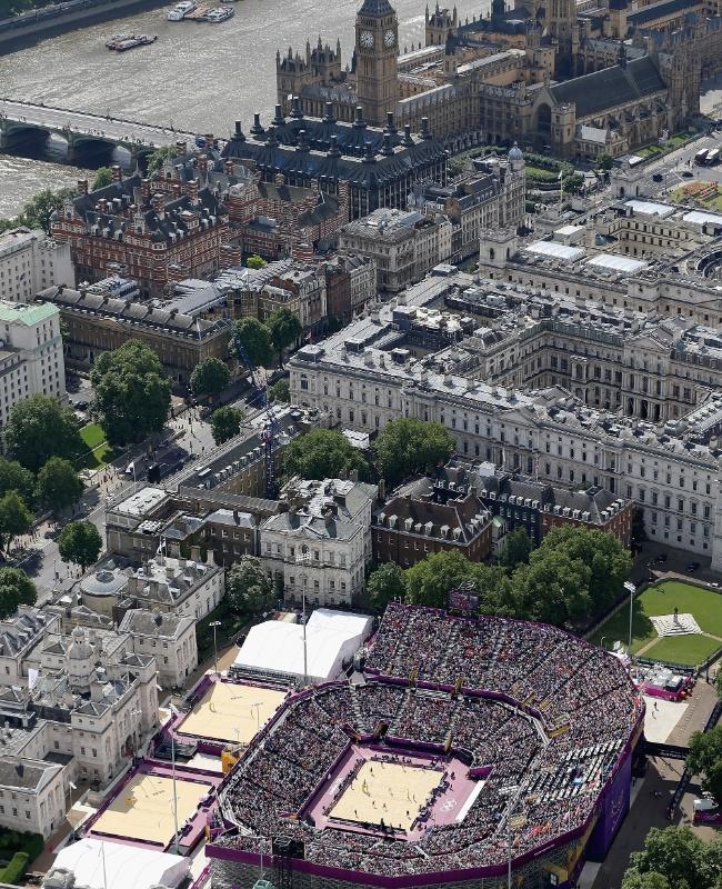 Imagem aérea mostra a arena de vôlei de praia, totalmente lotada em jogo das oitavas de final, com o Parlamento e o Big Ben ao fundo