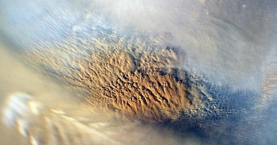 Imagem mostra uma tempestade de poeira em Marte, registrada em 2007