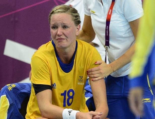 Johanna Wiberg, pivô da seleção feminina de handebol da Suécia, chora após derrota para a Espanha