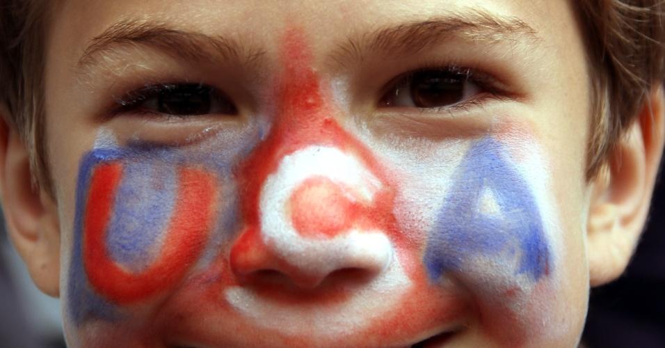 Jovem dos Estados Unidos pinta o rosto com as cores de seu país para torcer pela seleção feminina de futebol