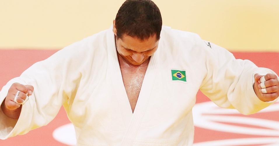 Judoca brasileiro Rafael Silva comemora vitória sobre o sul-coreano Kim Sung-Min, quando conquistou a medalha de bronze no judô na categoria acima de 100 kg