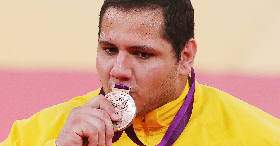 Judoca brasileiro Rafael Silva beija medalha de bronze conquista após vitória sobre o sul-coreano Kim Sung-Min na categoria acima de 100 kg