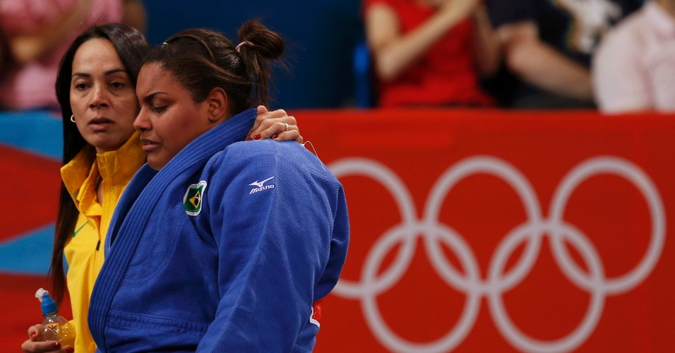 Maria Suelen é consolada por treinadora após eliminação nas quartas de final da categoria até 78 kg