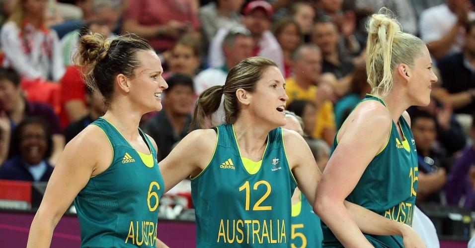 Lauren Jackson e demais jogadoras no banco de reservas da Austrália comemoram a enterrada da companheira Liz CAmbage