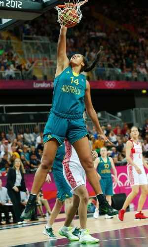 Liz Cambage enterra a bola em partida contra a Rússia, nesta sexta-feira. Atleta foi a primeira a fazer a jogada (comum no basquete masculino) em uma partida feminina nos Jogos Olímpicos