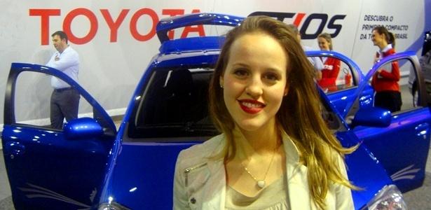 """Mariana Filleti, estudante de 20 anos, gostou do espaço interno do Etios e acha que o carro vai vender bem, mas não aprovou o desenho do modelo: """"é quadrado e tem muito jeito de popular"""" - André Deliberato/UOL"""