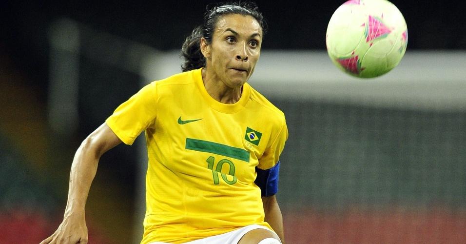Marta domina bola em jogo contra o Japão. Mais uma vez, a camisa 10 brasileira não fez uma boa partida