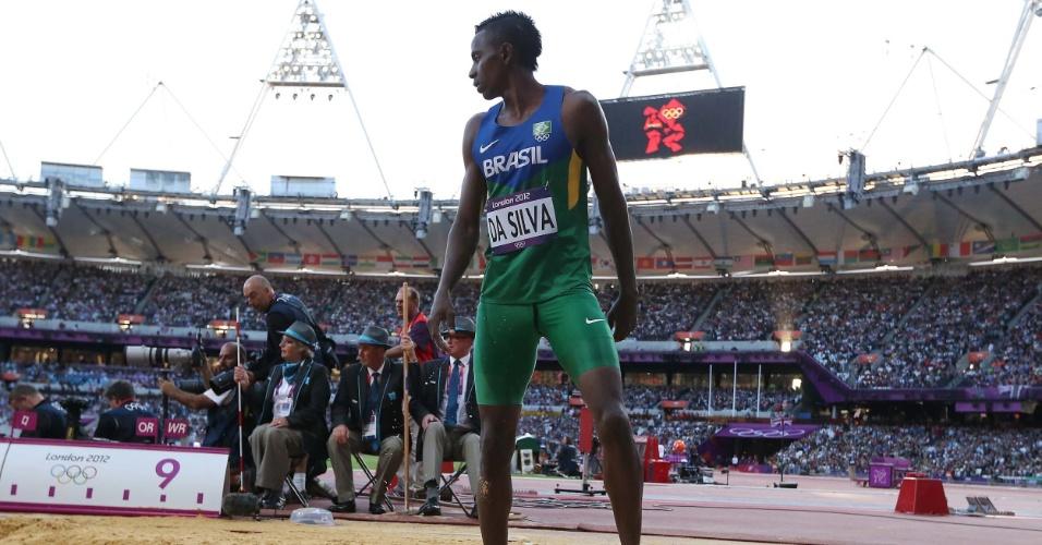 Mauro Vinícius da Silva, do salto em distância, observa sua marca durante as eliminatórias em Londres