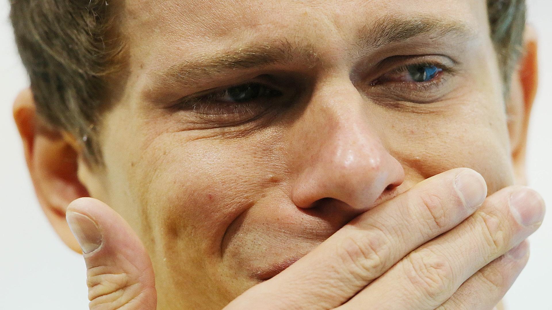 Nadador brasileiro Cesar Cielo chora ao sair do pódio após o bronze nos 50 m livre