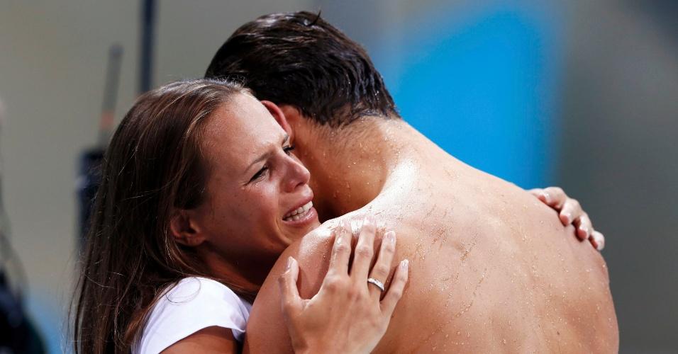 Nadador francês Florent Manaudou comemora vitória nos 50 metros livre com a irmã, a também nadadora Laure Manaudou